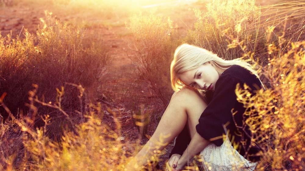 仰望女人女孩旅行美女美景草地草坪一个女孩坐在草地上图片一个女孩坐在草地上图片免费下载仰望图片女人图片女孩图片旅行图片美女图片美景图片草地图片草坪图片 美女 女人  女性 夕阳 阳光 秋季 秋天